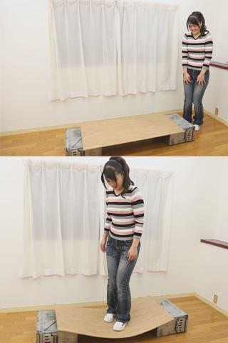【体重フェチ】56キロの女の子が板の上に乗ってみた