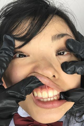 【顔面変形】 食事中に突然顔面崩壊させられる女子校生 白鳥すず
