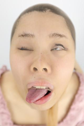 【顔面変形】お食事中の女の子の顔を、崩壊させます。可愛い顔がグッチャグチャに!! 明音ひかる