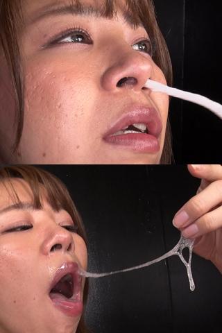 大きい鼻穴から粘度高めの鼻水を絞り出す、そしてその鼻水は口の中へ…